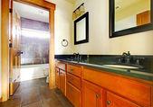 Nuevo moderno cuarto de baño hermoso en el interior de casa de lujo. — Foto de Stock
