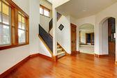 Bela entrada em casa com piso de madeira. novo interior de casa de luxo. — Foto Stock