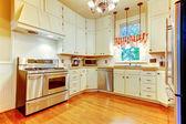 Cozinha branca grande em uma velha casa americana. — Foto Stock