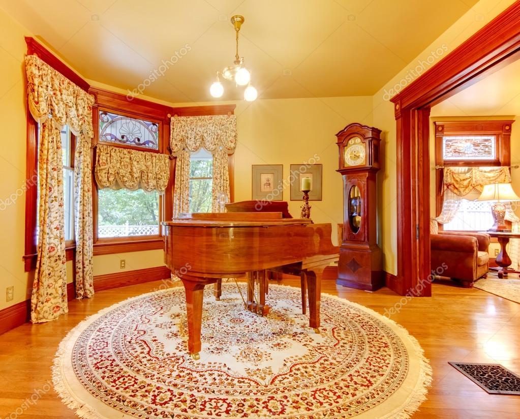 Lyx gamla amerikanska hus vardagsrum med piano och guld färger ...