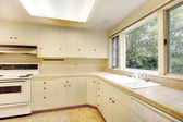 Interno vecchia cucina bianco semplice in casa storica americana. — Foto Stock