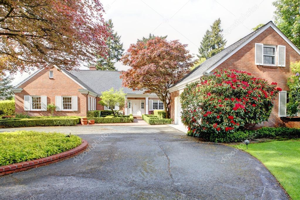 Casa rosso mattone con giardino all 39 inglese e persiane for Case inglesi foto