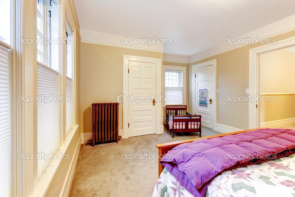Luce accogliente piccola camera da letto — foto stock © iriana88w ...