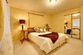 элегантные светлые спальни с гардеробной — Стоковое фото