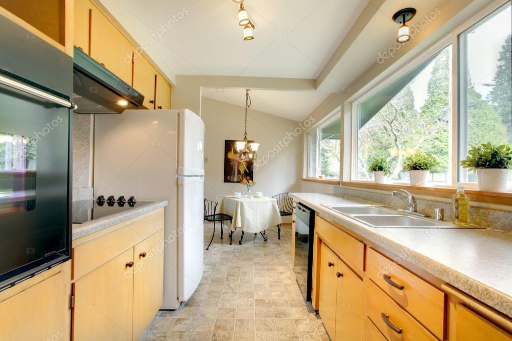 Cucina moderna con una piccola sala da pranzo — foto stock ...