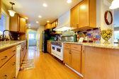 меблированный номер яркий кухня — Стоковое фото
