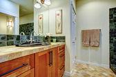Gran combinación de madera, piedra y azulejo para su cuarto de baño — Foto de Stock