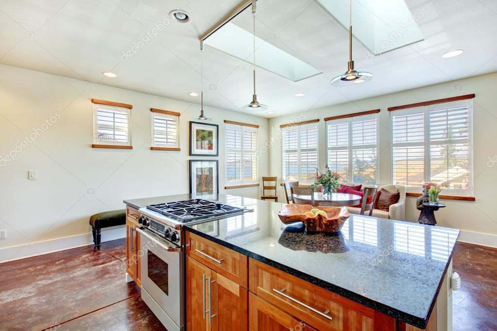 Tonos claros hermosos comedor en una sala de cocina moderna — Foto ...