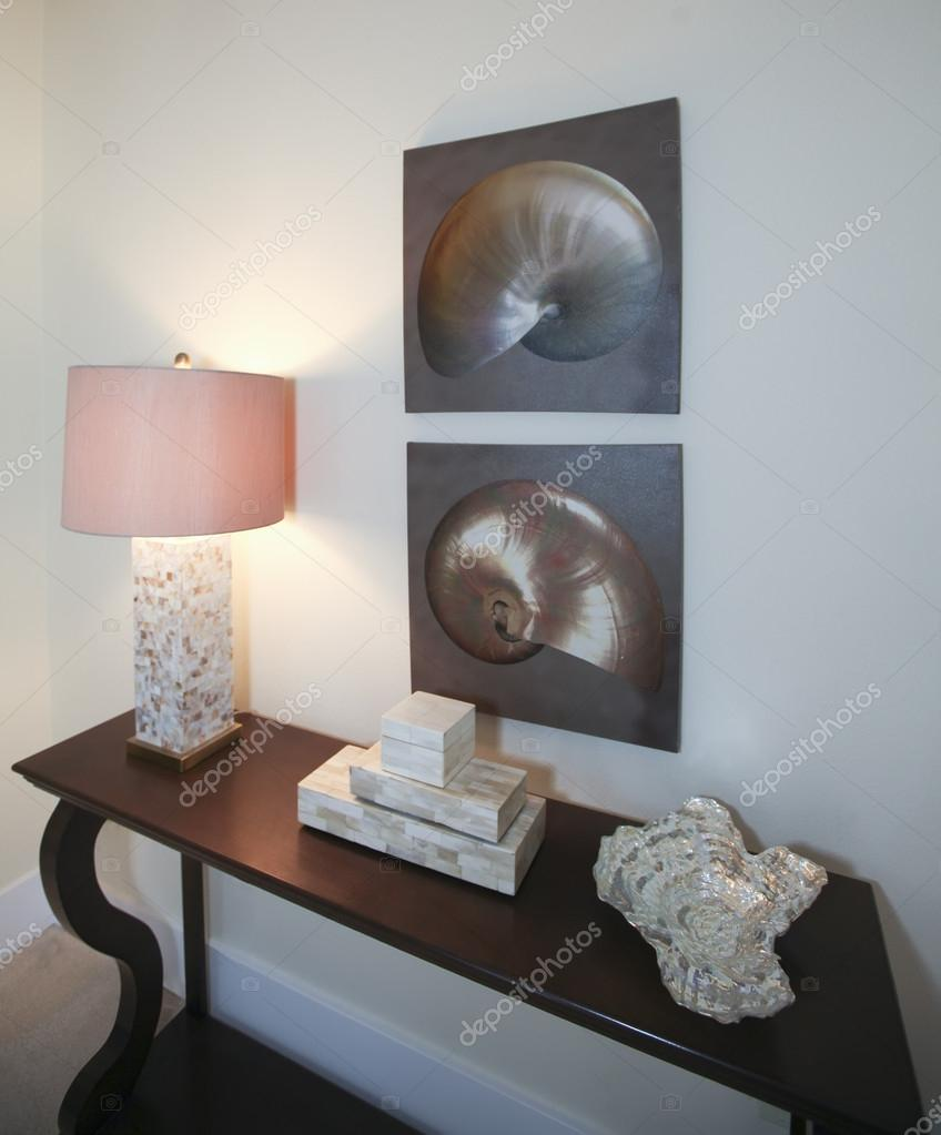 Vardagsrum inredning. mörk bruna bord av trä med dekorativa ...