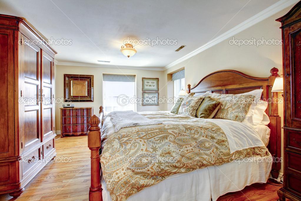 大型装备卧室与仿古家具和硬木地板