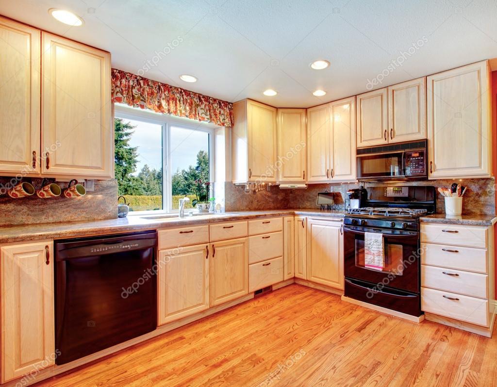 Salle de cuisine simple de couleurs chaudes — photographie ...