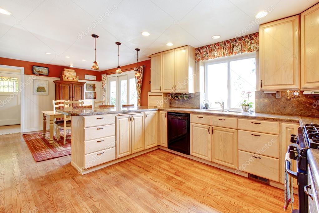Sitio de la cocina simple colores cálidos con un pequeño comedor ...