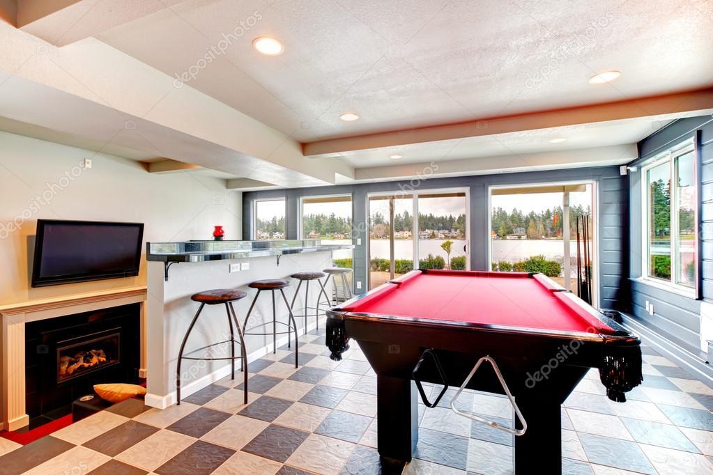 Sala de entretenimiento elegante con piscina, bar y chimenea ...