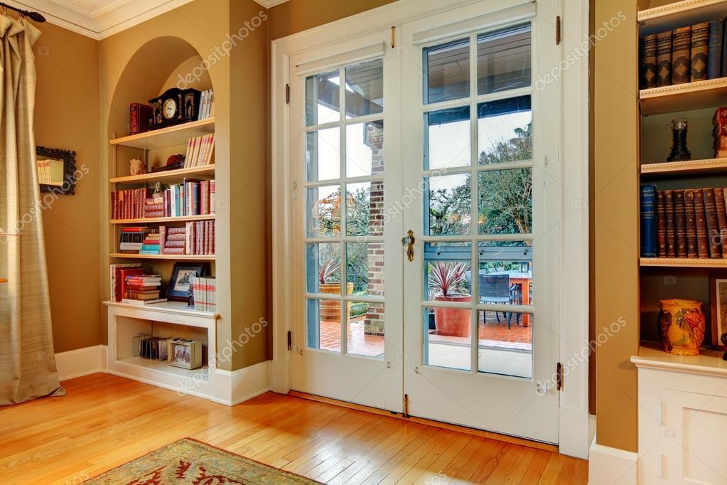 Ingresso classico con ante in vetro in legno e muro incorporato ...