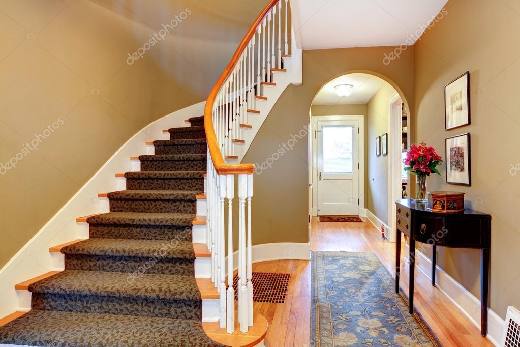 Luminoso pasillo con escaleras de madera y arco foto de - Escaleras con peldanos de madera ...