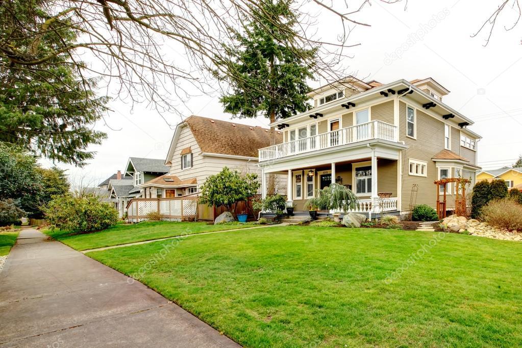 zwei amerikanische haus mit weissen spalte veranda stockfoto iriana88w 39740969. Black Bedroom Furniture Sets. Home Design Ideas
