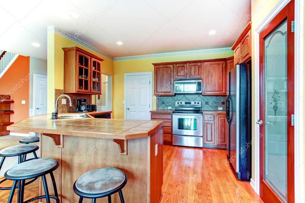 Sala peque a cocina amarillo y marr n foto de stock for Sala cocina pequena