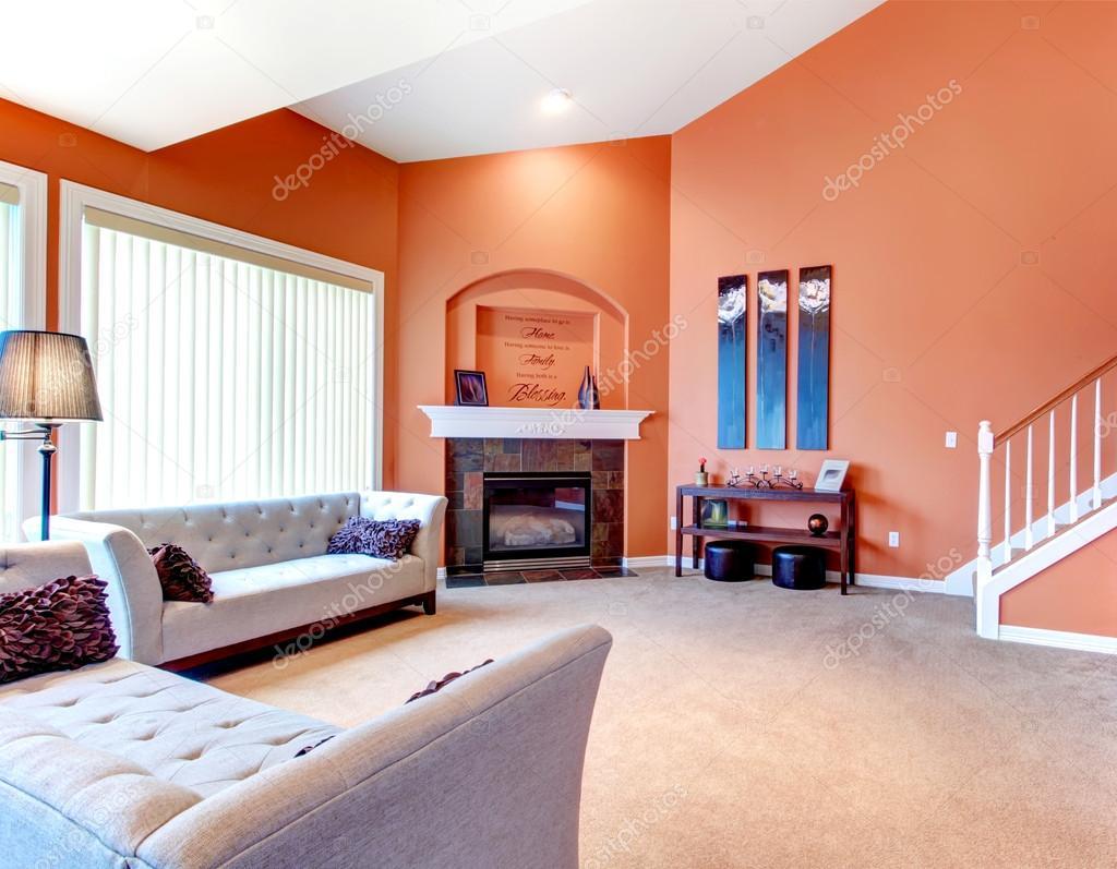 Underbar orange vardagsrum med grå klassiska soffa, mörka stenas ...