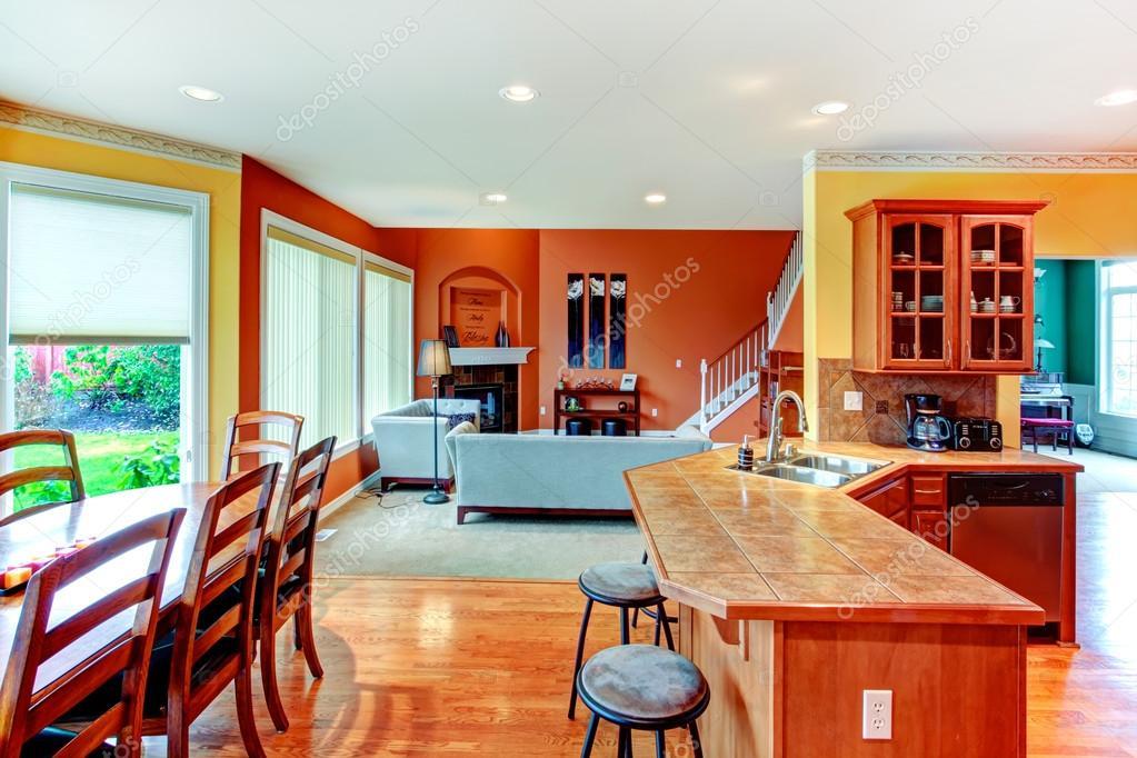 Diseño de interiores. gran cocina, comedor y salón combinati ...