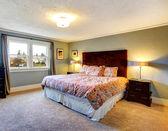 Halı kaplı zemin ışık mavi döşenmiş yatak odası — Stok fotoğraf
