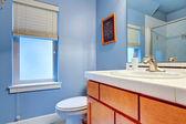 居心地の良い明るい青色のバスルーム — ストック写真