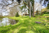 Farmhouse overlooking picturesque countryside landscape — Foto de Stock