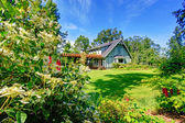 Big farmhouse with beautiful flowerbed — ストック写真