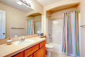 Светлая ванная комната с красочные шторы — Стоковое фото