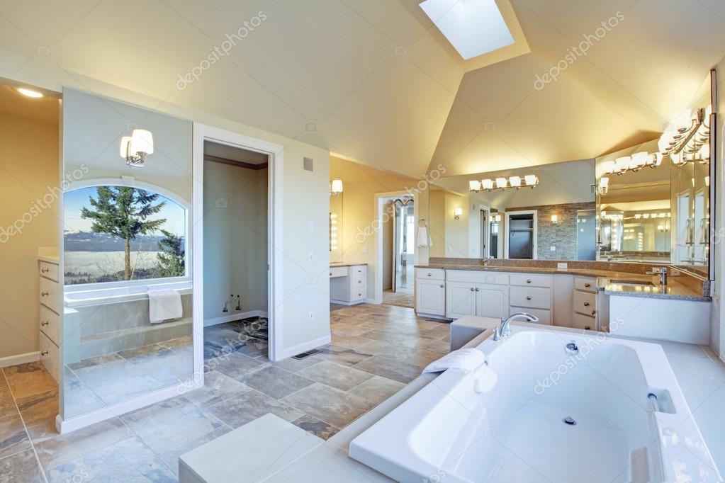 Exuberante Casa De Banho Com Banheira De Hidromassagem E