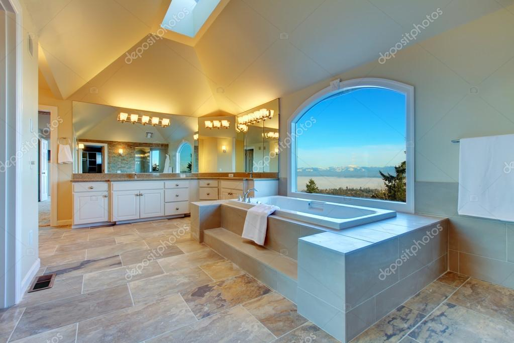 Üppige Badezimmer mit Whirlpool und Panoramablick Fenster ...