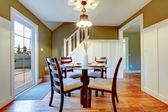 Yemek odası klasik yemek masası seti ile zeytin ve beyaz — Stok fotoğraf