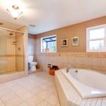 Large warm tones bathroom — Stock Photo