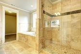 Aconchegante casa de banho com banheira e vidro porta chuveiro — Fotografia Stock