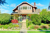Big house with beautiful curb appeal — Stock Photo