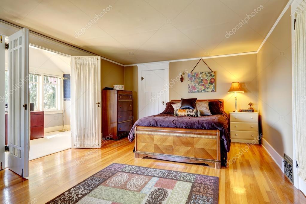 Confortevole camera da letto con stanza luminosa sciopero - Camera da letto con parquet ...