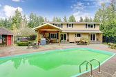 Piękny ogrodzie z basenem i patio — Zdjęcie stockowe