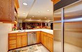 Sala de cocina luminosa con vistas a la sala de estar — Foto de Stock