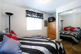 Przytulne, mała sypialnia z pełnym rozmiarze lustro — Zdjęcie stockowe