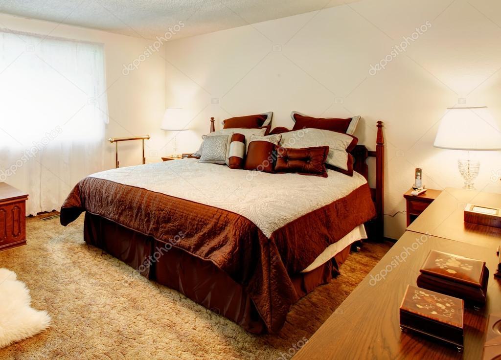 Bianco accogliente camera da letto con tv — foto stock © iriana88w ...