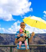 Happy father with young traveler in Kauai. Waimea Canyon. — Stock Photo