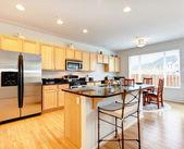 Camera grande luminosa cucina con zona pranzo — Foto Stock