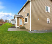 Clapboard siding house with a green lawn — Foto Stock