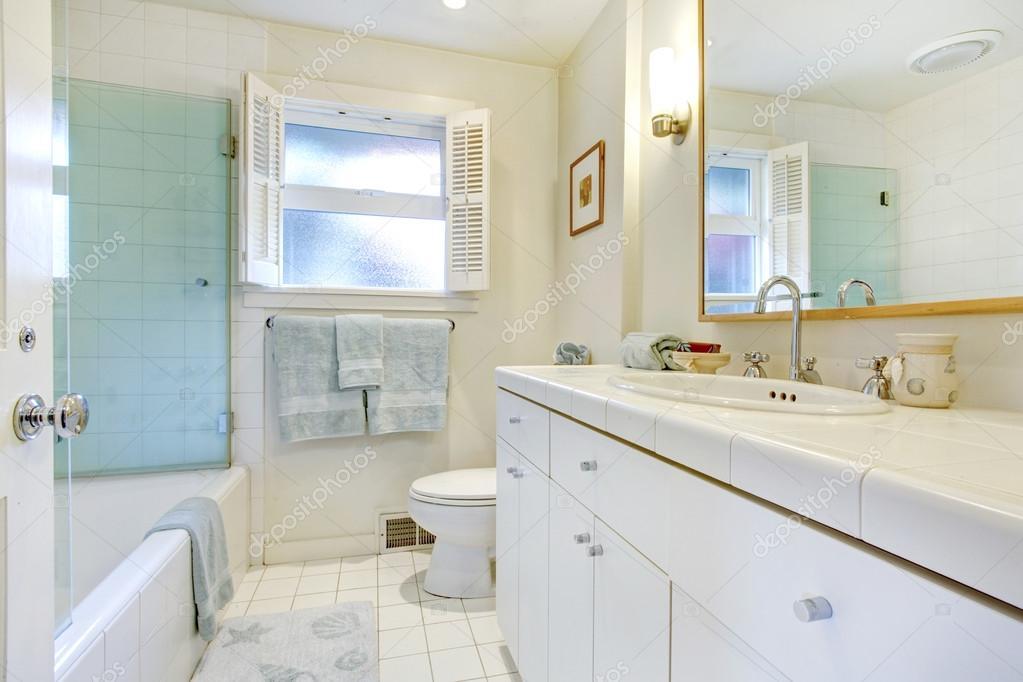 rinfrescante bagno bianco con finestra  foto stock © irianaw, Disegni interni