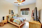 útulné ložnice s marple nábytku — Stock fotografie