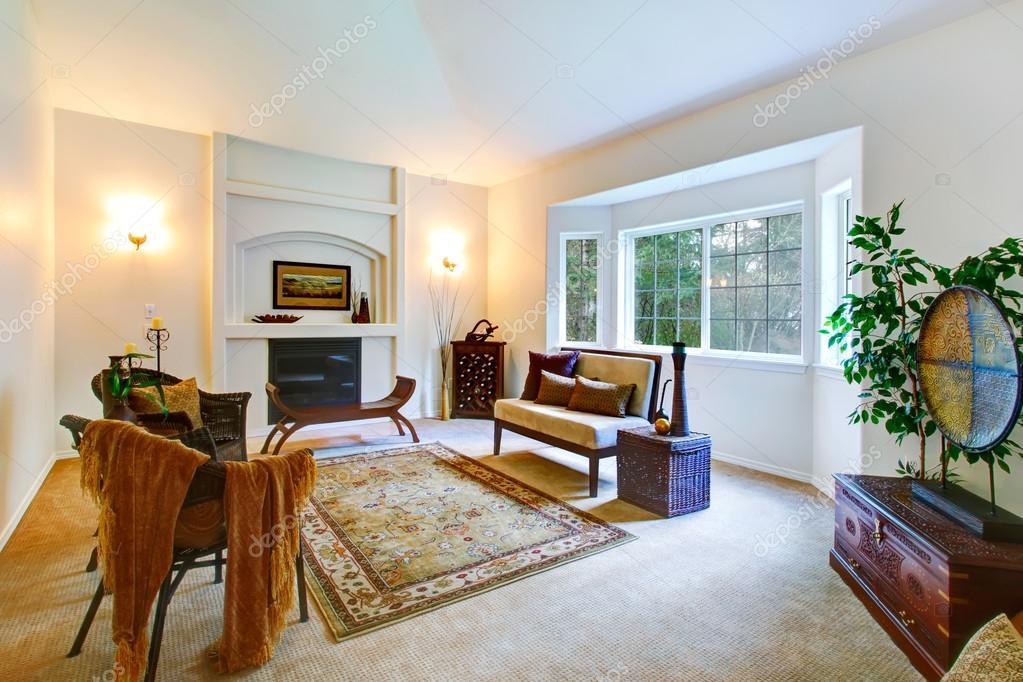 Sala De Estar Frances ~  de sala de estar com uma janela de francês e lareira — Imagem de