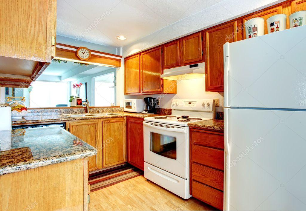 Kleine keuken kamer met witte toestellen — stockfoto © iriana88w ...