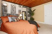 Camera da letto moderna, con un muro di cemento rotto — Foto Stock