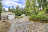 View of the garage and  stone driveway — Stock fotografie