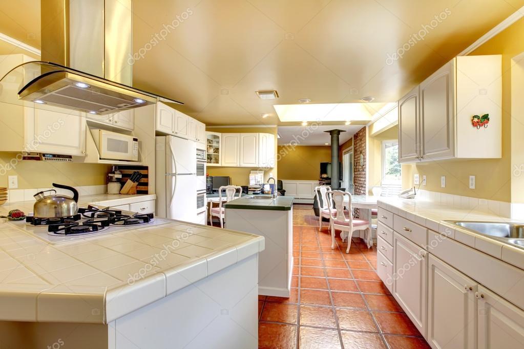 Gezellige keuken kamer met wit kasten en tegelvloer — Stockfoto ...