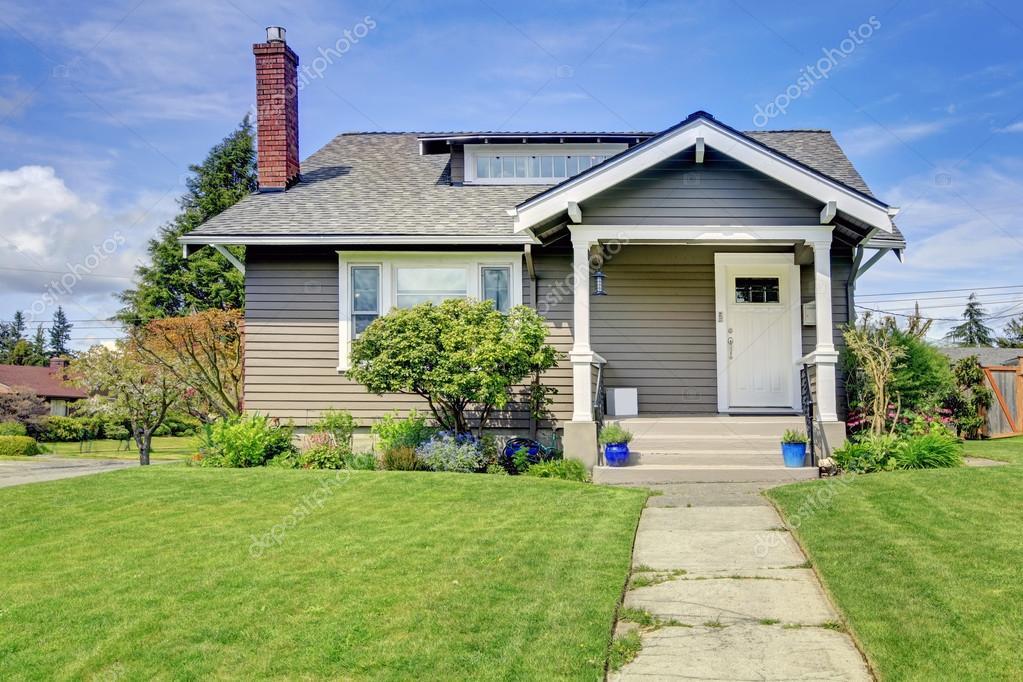 Classica casa americana con portico di colonna foto - Casa americana in legno ...